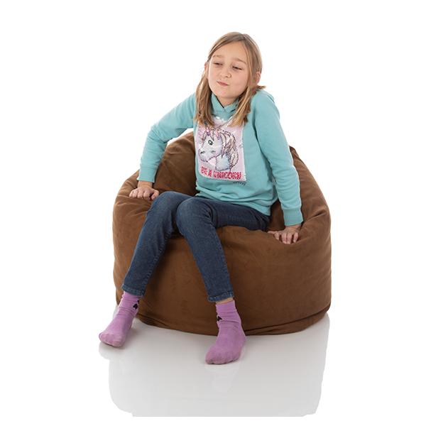 Maedchen sitzt in einem Kinder Sitzsack Bambino braun mit 300 Litern Volumen von Sitjoy