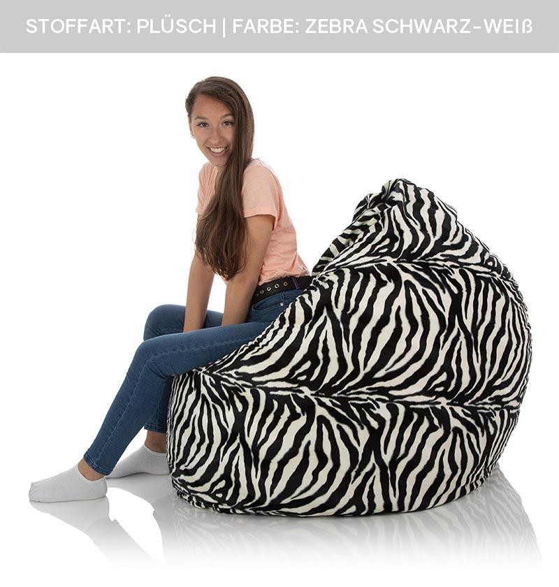 Mädchen sitzt in großem XXL-Sitzsack-Sessel aus weichem Plüsch mit schwarz-weißem Zebra Muster