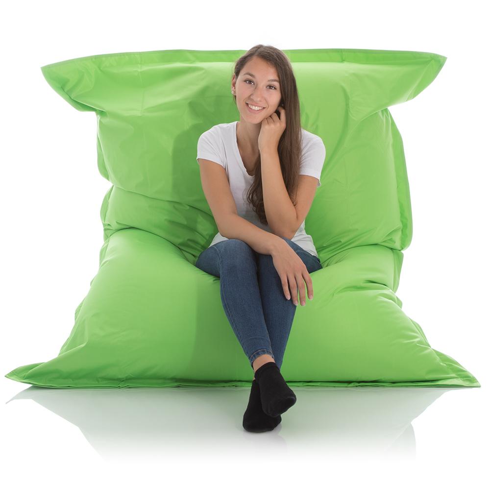 Junge Frau sitzt im XXL Sitzsack Outdoor gruen 140x180 cm