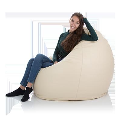 Eine Dame versinkt in einem riesigen Leder-Sitzsack der Farbe weiss