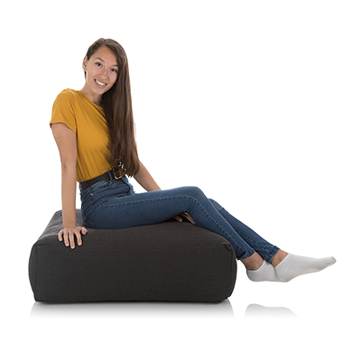 Jugendliche sitzt auf einem schwarzen Meditationskissen von Sitjoy