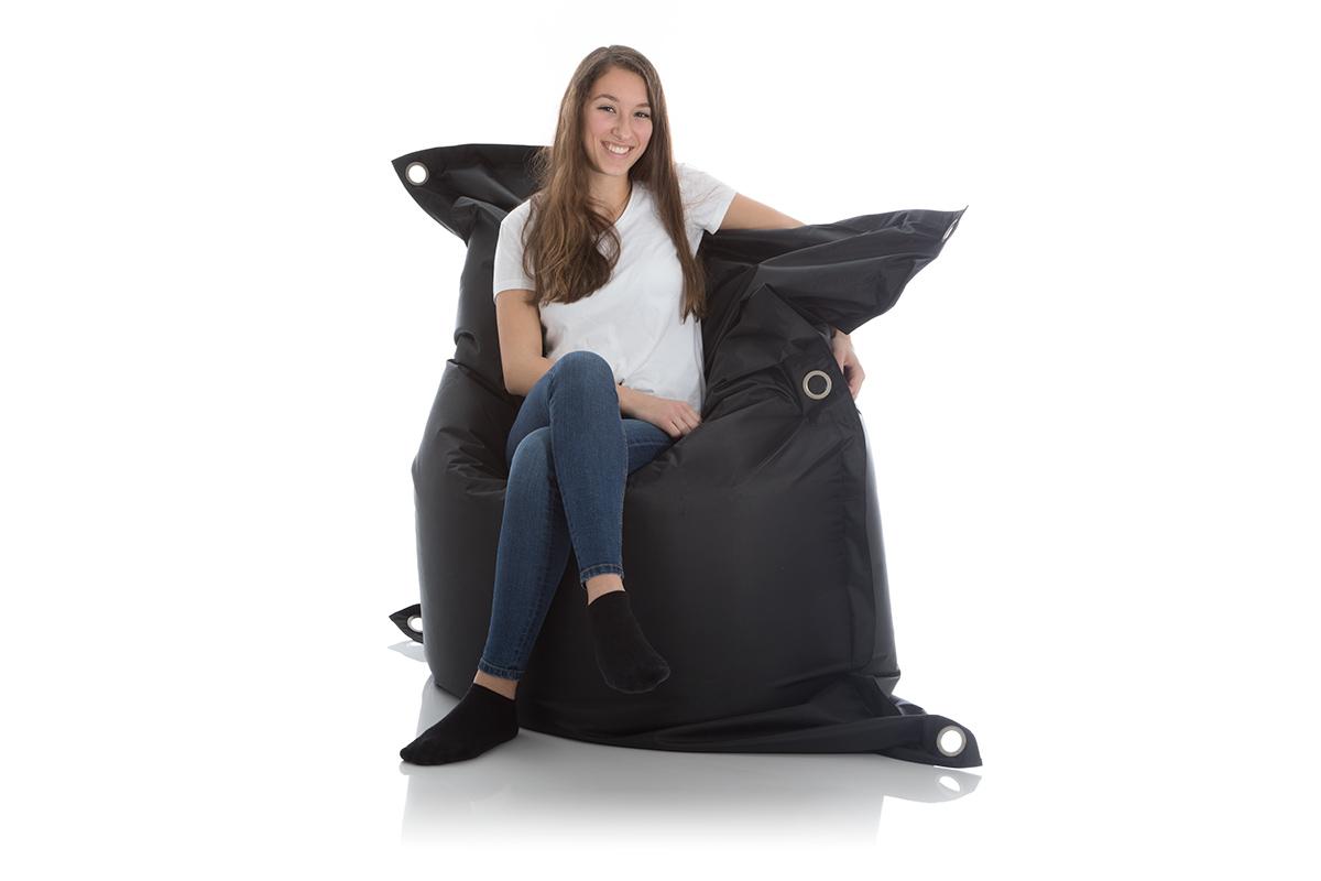 Junge Frau sitzt im XXL Sitzsack Outdoor schwarz 140x200 cm