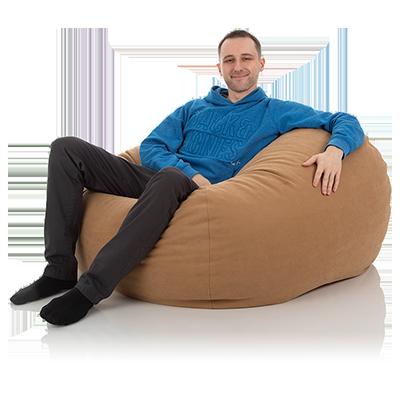 Junger Mann chillt in einem XXL Lounge-Sitzsack Basic in der Farbe sesam
