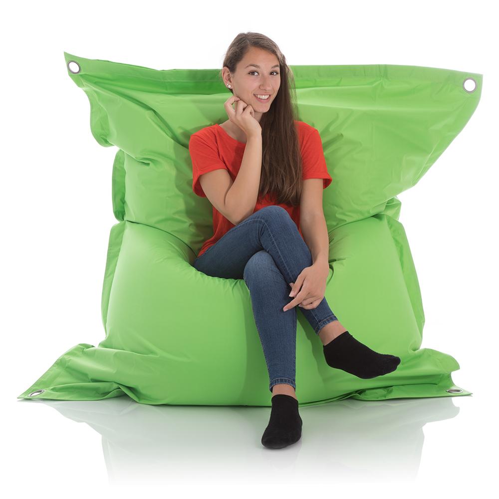 Junge Frau sitzt im XXL Sitzsack Outdoor gruen 140x200 cm
