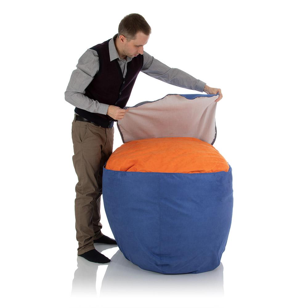 Sitzsack Außenhülle mit Reißverschluss rundherum wird über Innenhülle gezogen