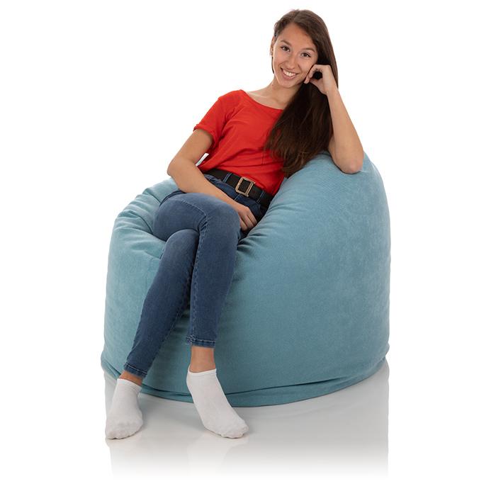 Junge Frau sitzt bequem in einem hell blauen XXL Sitzsack Relax von frago