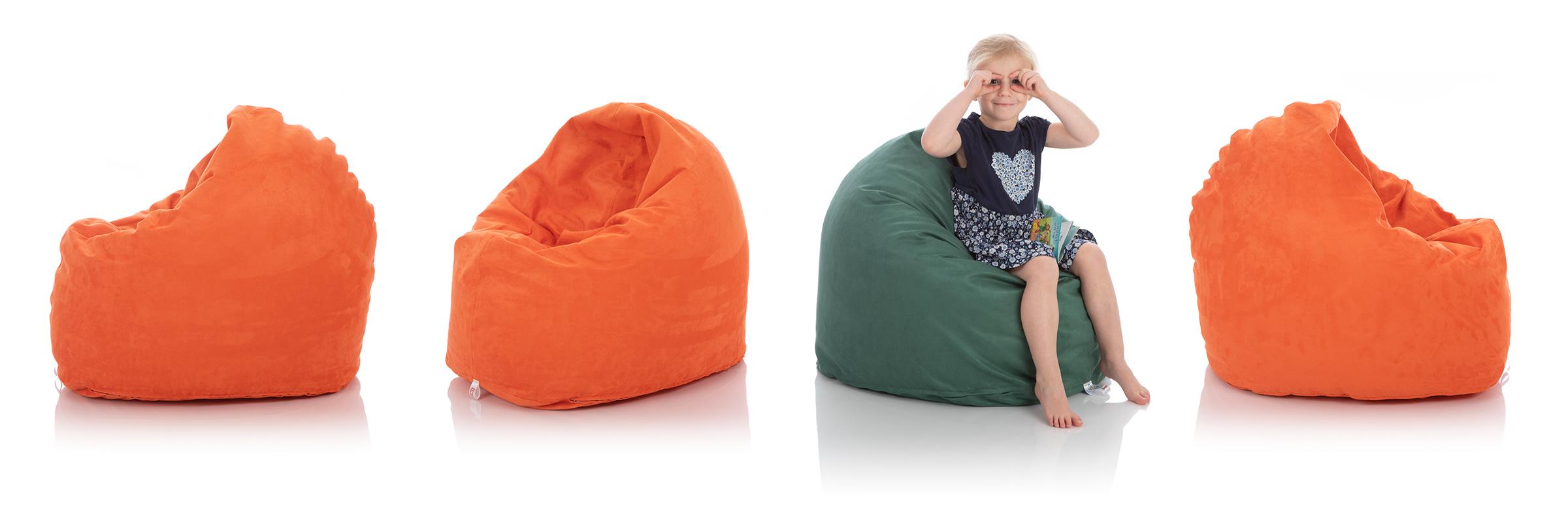 Kleines Mädchen in grünem Sitzsack umgeben von Sitzsäcken in orange für das Kinderzimmer