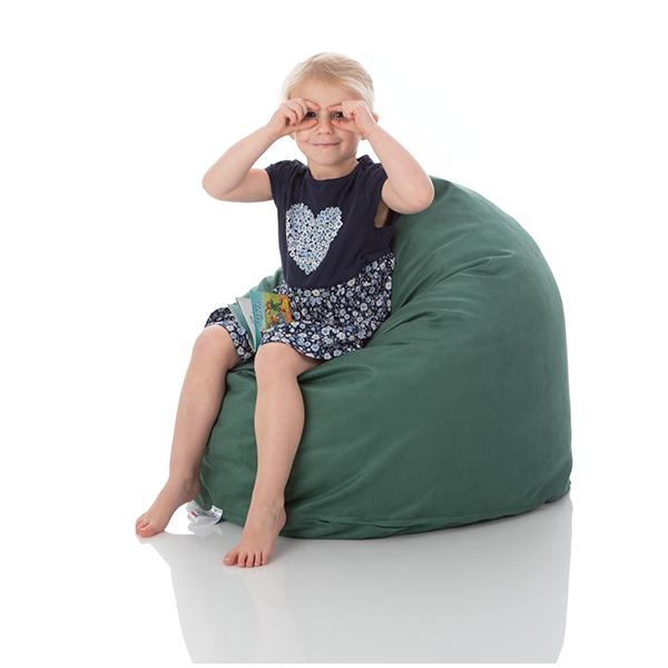 Ein kleines Kind sitzt gemuetlich auf einem Kinder-Sitzsack Piccolo von Sitjoy