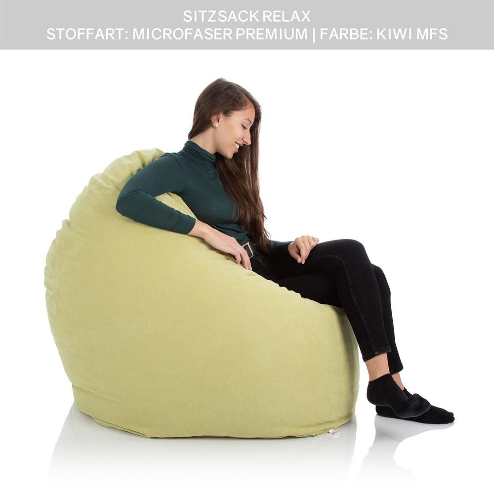 Junge Dame sitzt in einem Sitzkissen Sitzsack XXL grün