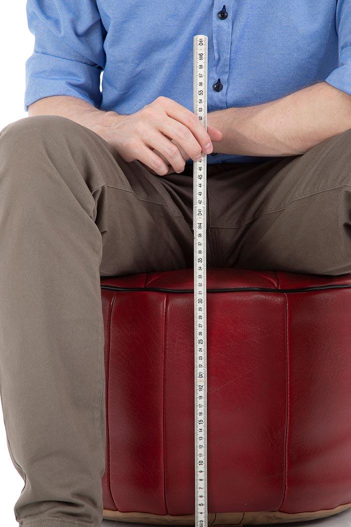 Messung der Höhe eines mit EPS Styropor Kügelchen befüllten Poufs bei Belastung