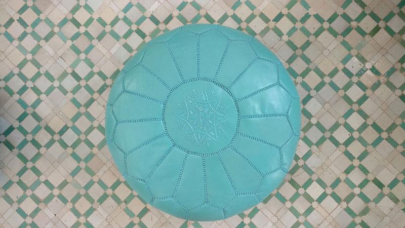 Ein blauer Kunstleder Pouf aus Marokko der künstlerisch verziert wurde