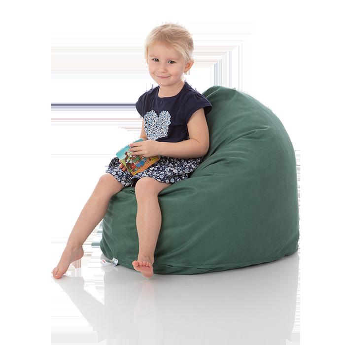 Kleines Maedchen sitzt in einem gruenen Kinder-Sitzsack Piccolo von Sitjoy