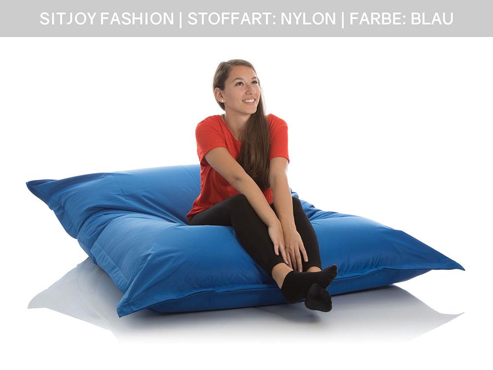 Jugendliche im SitJoy Lounge Sitzsack Outdoor Blau 140x180 cm