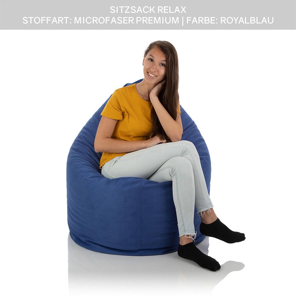 Junges Mädchen sitzt in einem XXL Lounge Sitzsack blau
