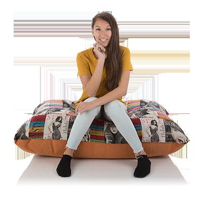 Ein Maedchen sitzt bequem auf einem Chill- und Sitzkissen von Sitjoy