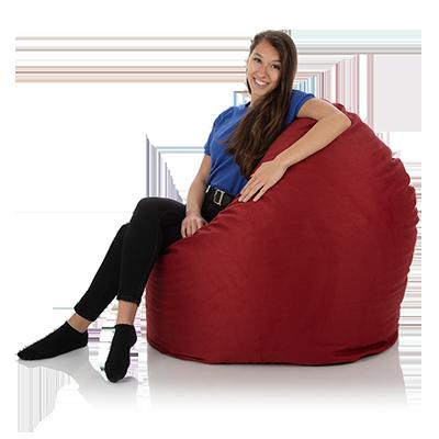 Junge Frau sitzt seitlich bequem in einem XXL Sitzsack Relax rot von frago