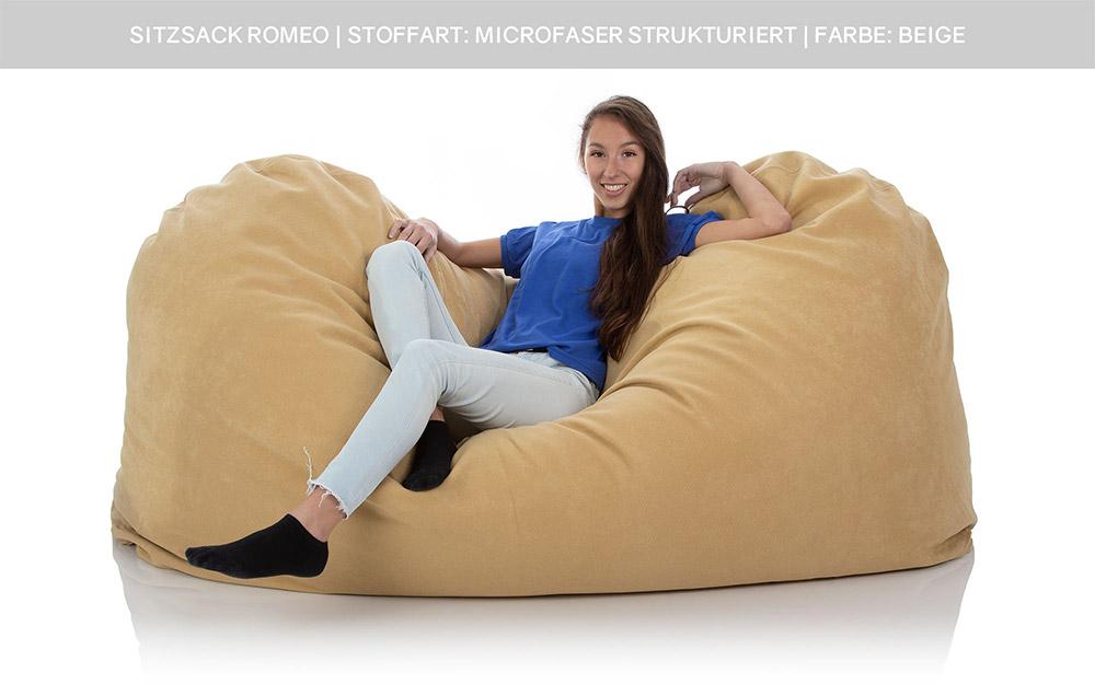 Eine junge Dame sitzt in einem riesigen XXL Sitzsack für zwei Personen