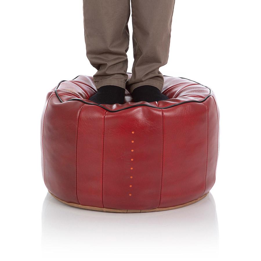 Ein großer Pouf ist maximal fest gestopft mit Qithan-Sitzsack-Füllung