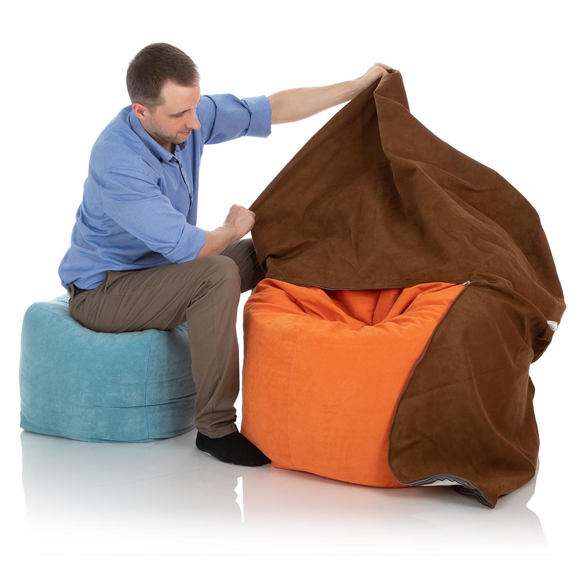 Sitzsack Außenhülle braun wird über einen 300-Liter Sitzsack gezogen