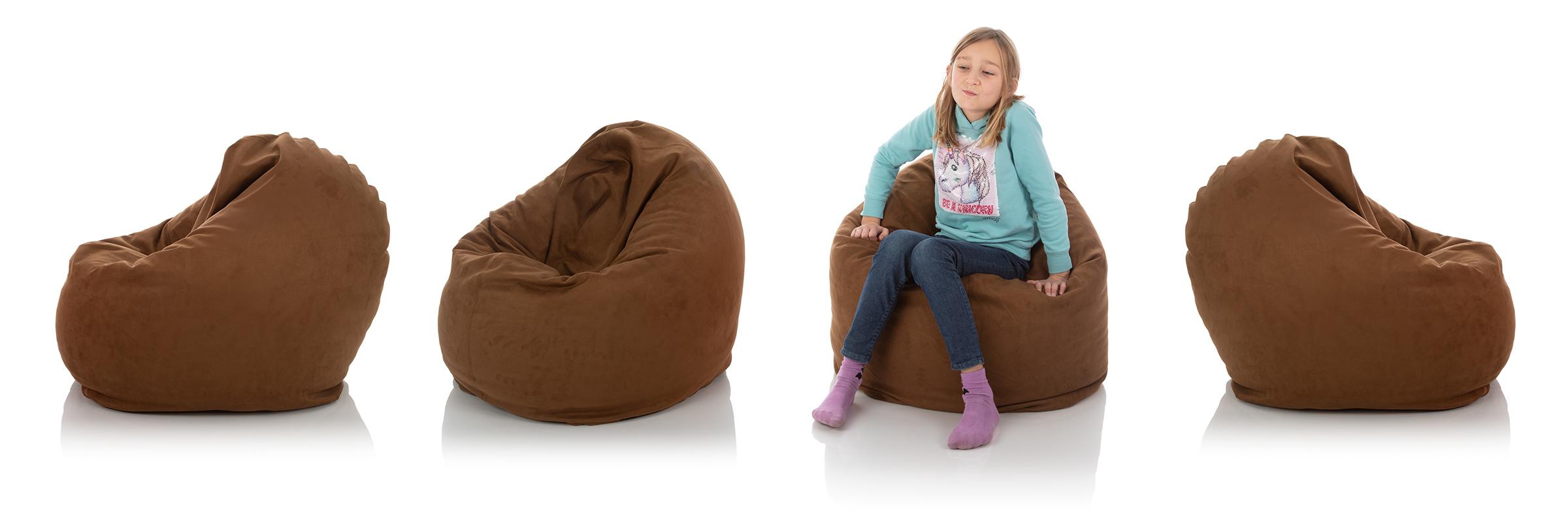 Jugendliches Mädchen im Sitzsack braun für das Kinderzimmer, umgeben von braunen Kinder-Sitzsäcken