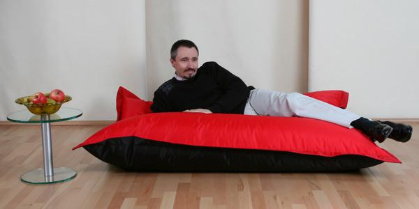 6-4499-volkssack-sitzsack-140x180cm-nylon-rot-schwarz-pro-seite-je-eine-unterschiedliche-farbe