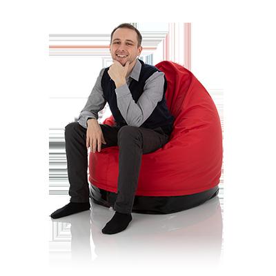 Jugendlicher sitzt in einem Nylon Outdoor Sitzsack rot für Kinder und Jugendliche