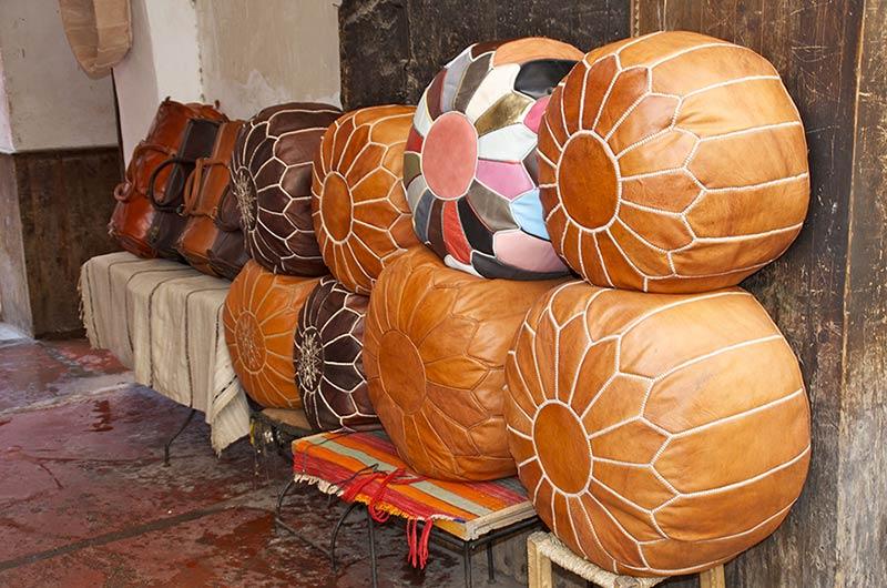 Einige große, befüllte Leder-Poufs aus Marokko und der Türkei wurden gestapelt