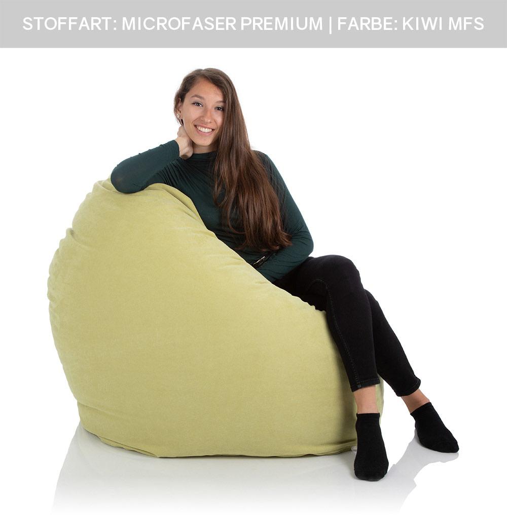 Jugendliches Mädchen sitzt im XXL-Riesen-Sitzsack Relax grün von frago