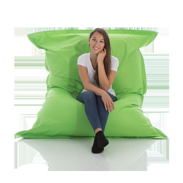 Junge Frau sitzt in einem Outdoor Nylon Sitzsack in neon gruen