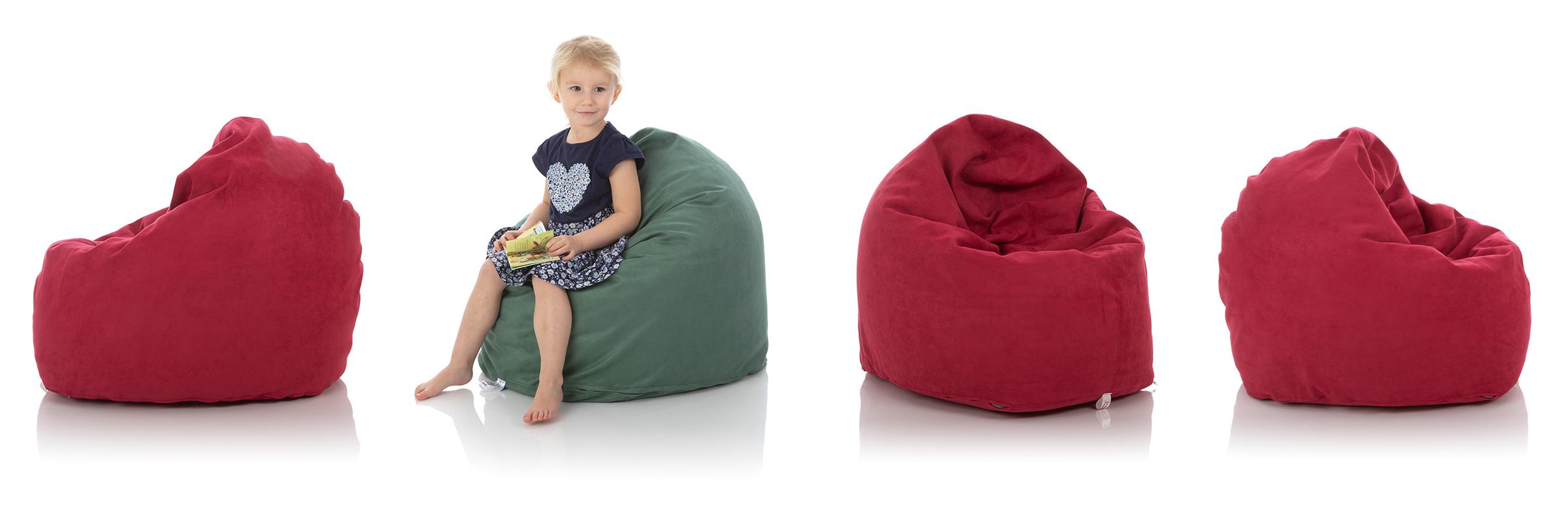 Kleines Mädchen in grünem Sitzsack umgeben von roten Sitzsäcken für das Kinderzimmer