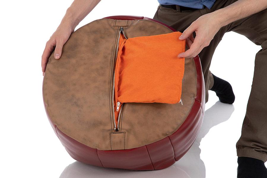 Ein prall gefülltes Pouf Sitzkissen mit leerem Füllschlauch