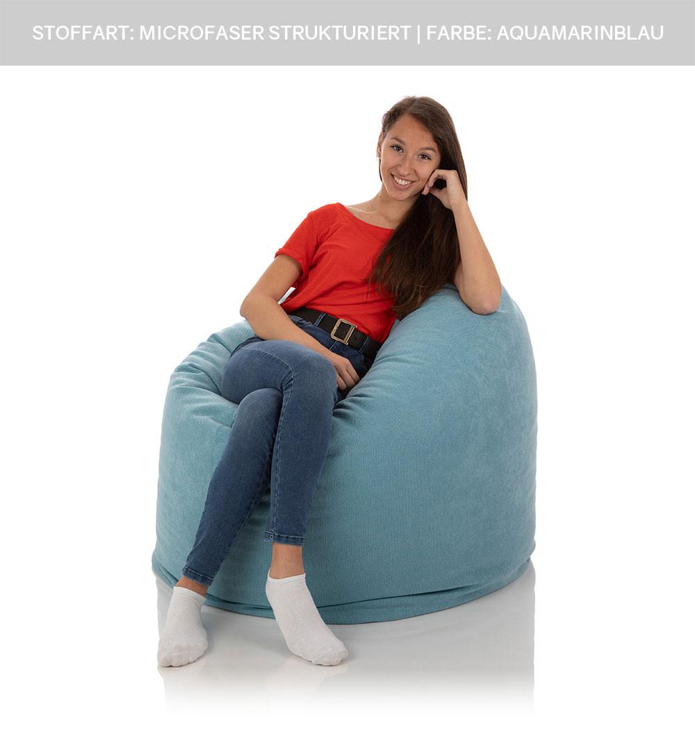 Jugendliche sitzt in blauem XXL Sitzsack Relax aus Microfaser