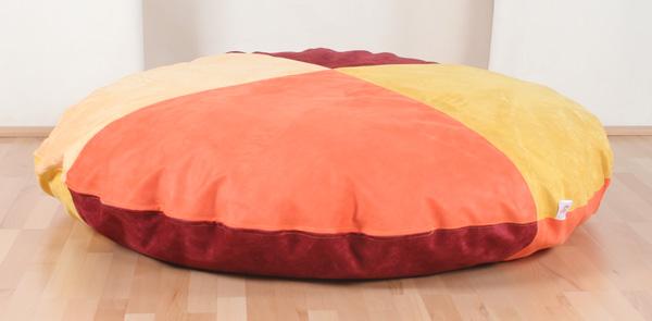 20090618-001-riesenkissen-rund-150cm-microfaser-sonnengelb-sand-bordeauxrot-orange-beidseitig-je-vierfarbig-geviertelt