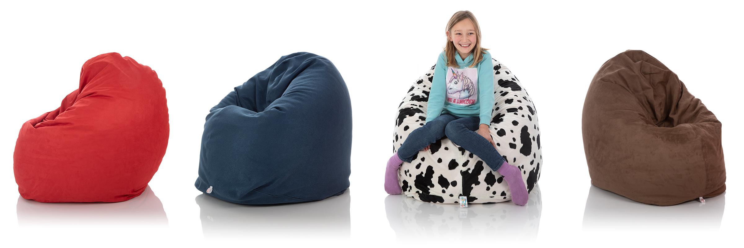 Kinder-Sitzsack rot, blau, schwarz-weiß und braun im Vergleich mit jungem Mädchen