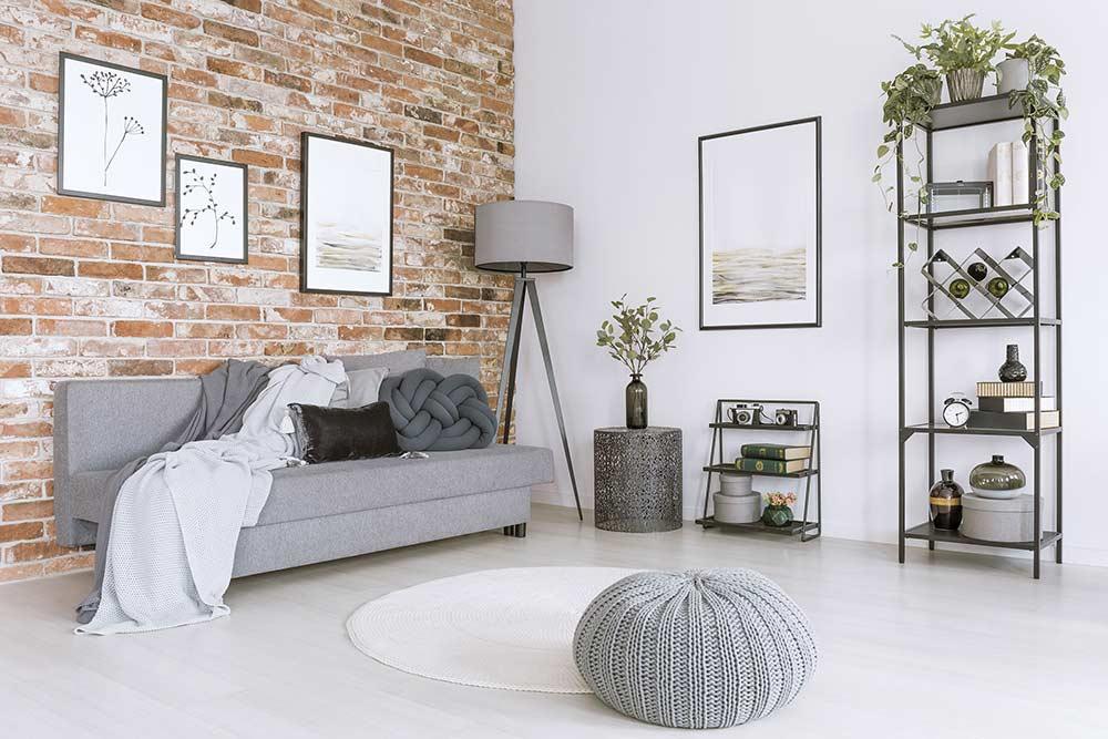 Ein graues Pouf Bodenkissen in einem modernen Wohnzimmer