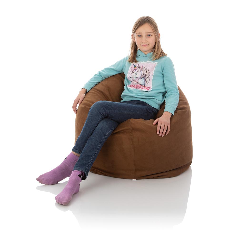 Junges Mädchen im Kinder-Sitzsack Bambino braun für das Kinderzimmer