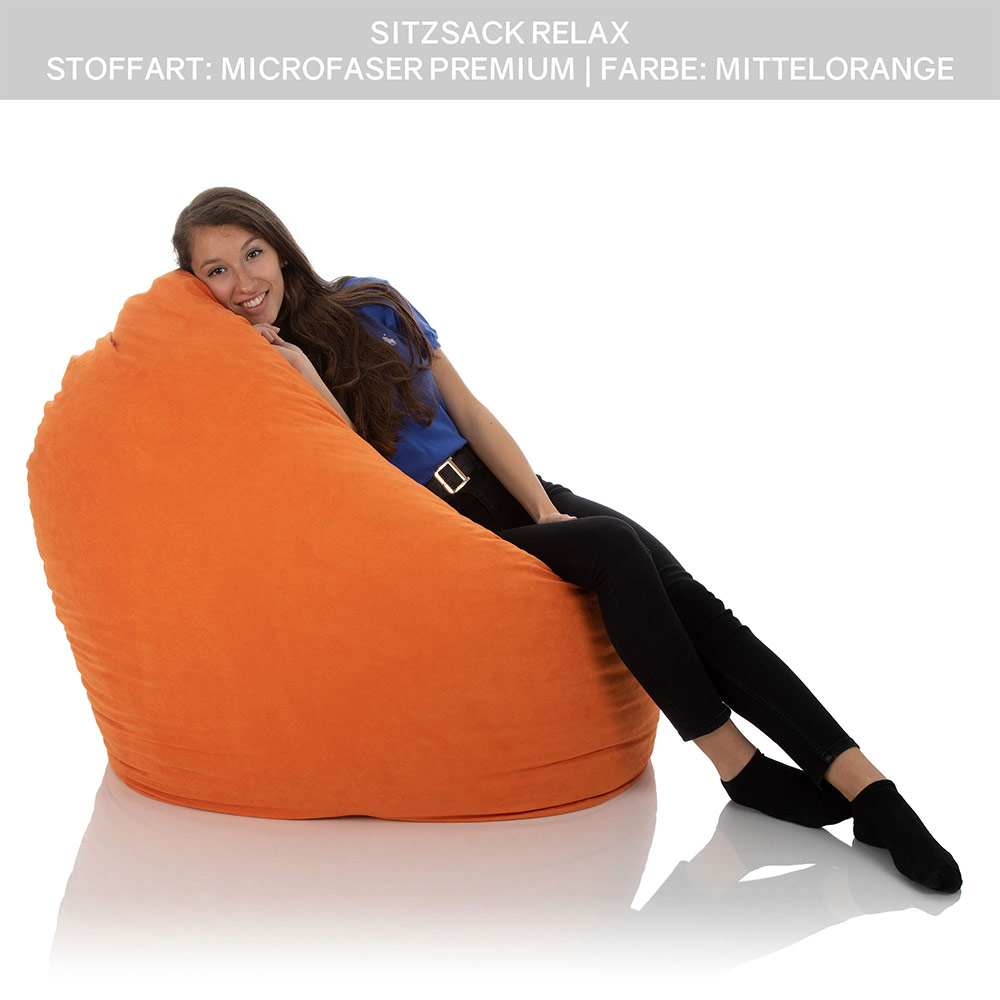 Mädchen sitzt in einem Kinder Sitzsack orange