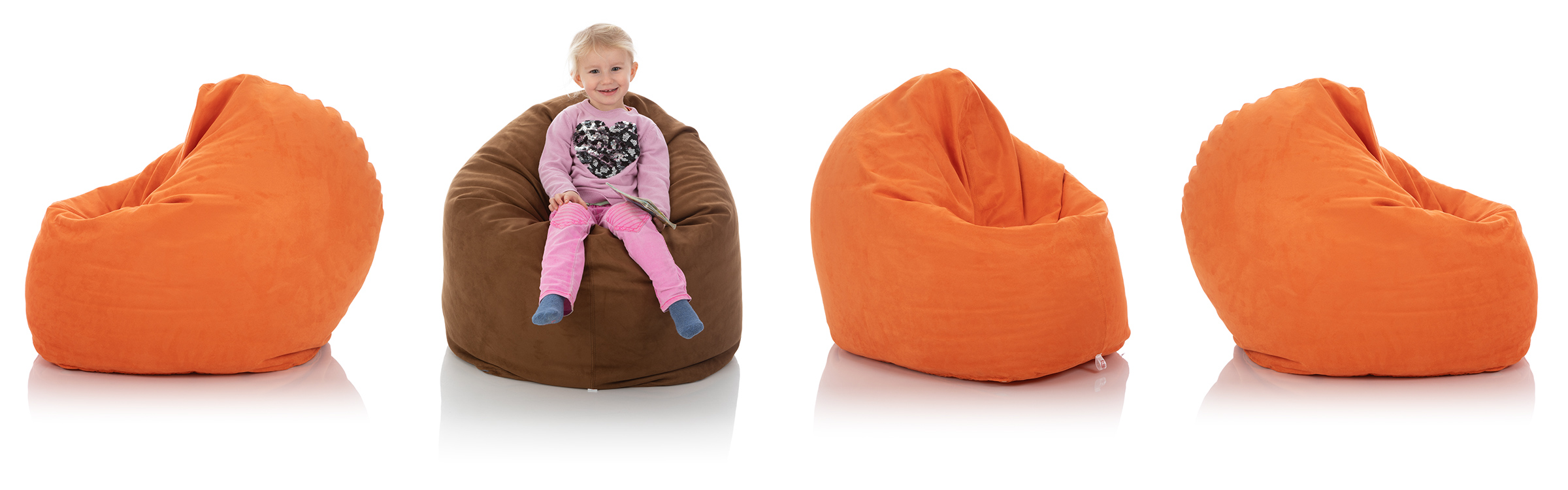 Kleines Mädchen im Kinder-Sitzsack braun, umgeben von Sitzsäcke für Kinder in orange